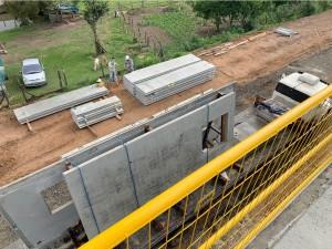 Módulos de paredes de concreto são levados ao canteiro de obras para a montagem: peças têm controle de qualidade e precisão dimensional Crédito: BPM Pré-Moldados