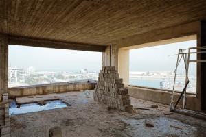 Paredes de concreto e blocos maciços compõem a estrutura do edifício construído em Beirute Crédito: Lina Ghotmeh Architecture
