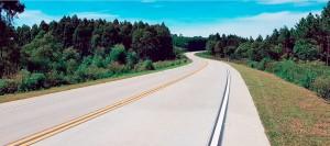 Na SC-114, entre Otacílio Costa-SC e Lages-SC, o uso da tecnologia whitetopping renovou a estrada ao longo de 32 quilômetros e 200 metros Crédito: ABCP