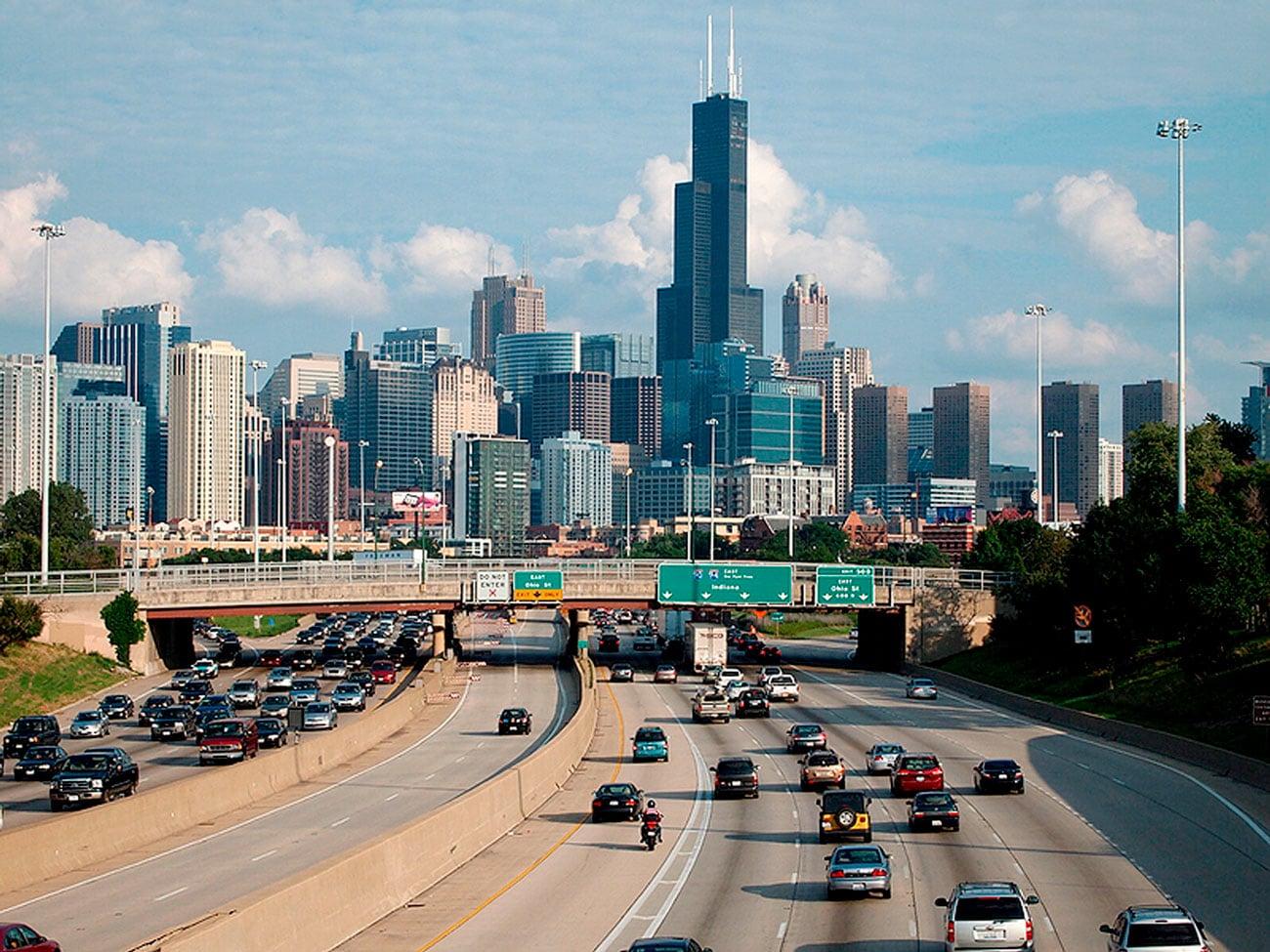 Autopista de Chicago, nos Estados Unidos: revestidas com pavimento de concreto, rodovias ajudam a combater o efeito estufa nos grandes centros urbanos Crédito: Jaysin Trevino/Wikimedia Commons