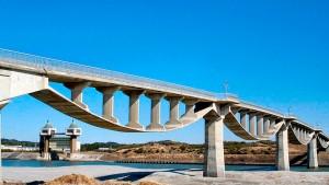 Ponte para pedestres e bicicletas construída sobre o rio Kiku, em Kakegawa-Japão: uma das obras em concreto protendido projetadas pelo novo presidente da fib, Akio Kasuga Crédito: prefeitura de Kakegawa