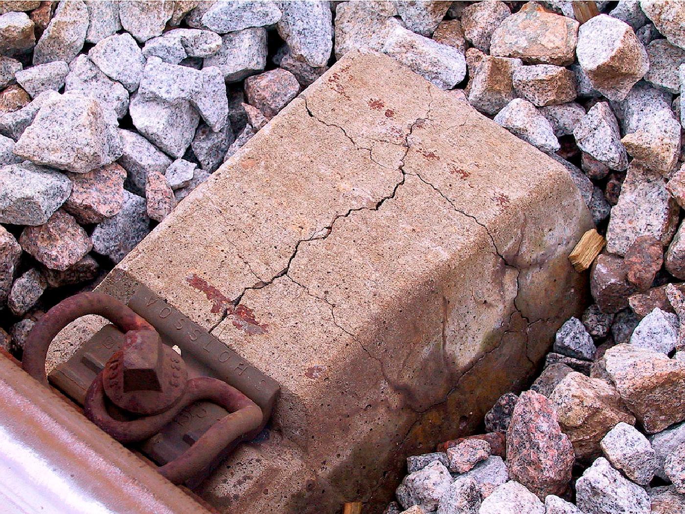 Dormente de concreto com etringita tardia e reação álcali-agregado: patologias podem ocorrer simultaneamente em estruturas. Crédito: LNEC