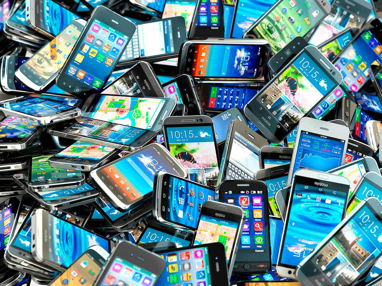 Elementos químicos usados na fabricação de cimento, assim como metais nobres e materiais tóxicos, podem ser extraídos da reciclagem dos smartphones Crédito: Getty Images/iStockphoto