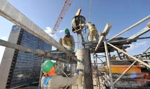 Concretagem em edifício: construção imobiliária consome 61% do insumo produzido em todo o mundo Crédito: CNI