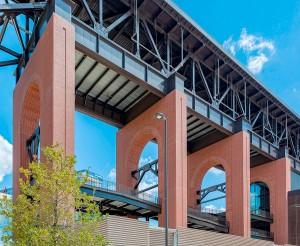 Estádio do Texas Rangers: fachada pré-fabricada que imita os tijolos cerâmicos artesanais Crédito: PCI