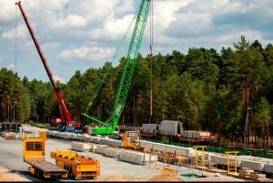 Gigafactory da Tesla, na Alemanha: no auge da obra, canteiro recebeu 326 caminhões carregados de materiais e 4 trens com 25 vagões para transportar os elementos pré-fabricados de concreto Crédito: @Gf4Tesla
