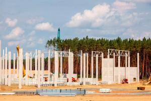 Fábrica em construção na Alemanha usa elementos pré-fabricados de concreto com baixa emissão de CO₂ e que consomem menor volume de água Crédito: @Gf4Tesla