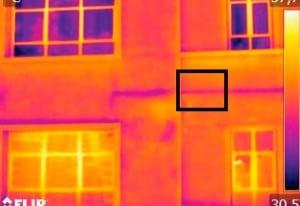 No entanto, com o uso de luz infravermelha o diagnóstico muda: verifica-se há danos também na área que antes aparentava estar preservada (quadrado menor) Crédito: IPT