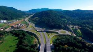 Trecho concluído do Contorno de Florianópolis: obra prevê 6 trevos, 7 pontes, 20 passagens de desnível e 4 túneis Crédito: Arteris