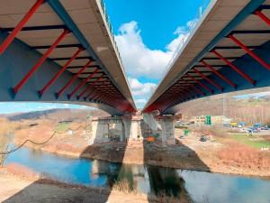 Ponte foi construída com estrutura mista de concreto e aço sem interromper o tráfego na Autobahn 45 Crédito: Siegener Beitung