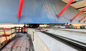 Ponte deslizou sobre vigas corrediças de concreto, e foi puxada por cabos de aço conectados a unidades hidráulicas Crédito: Hochtief
