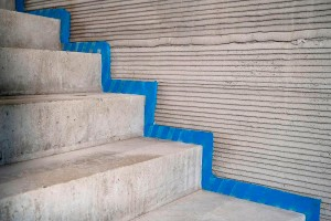 Escadas pré-fabricadas foram encaixadas nos pontos definidos em projeto e deixados pela impressora 3D Crédito: Rupp Gebäudedruck