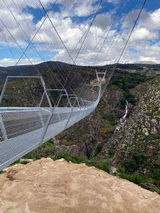 Ponte pedonal de Arouca é formada por 127 seções metálicas e suporta simultaneamente 1.825 pessoas Crédito: Itecons