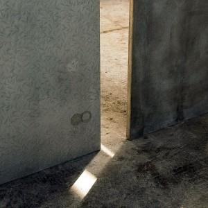 Mais resistente, a placa de HPC (hybrid protended concrete) tem espessura semelhante à de uma placa de gesso acartonado.  Crédito: Kooge.co