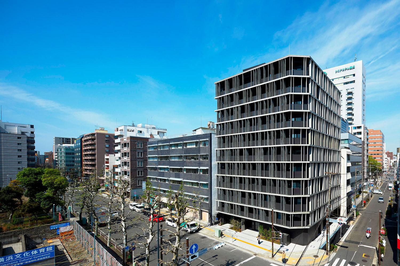 Fachada do edifício Kannai Blade, em Yokohama-Japão: brises com placas ultrafinas de HPC funcionam como elementos corta-fogo. Crédito: Toshiyuki Yano Photography