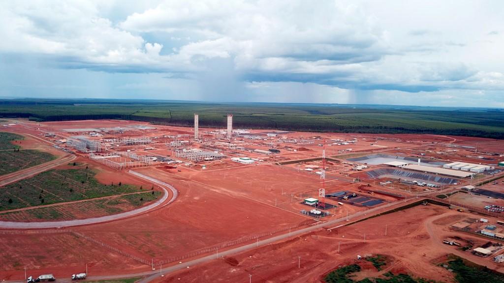 Canteiro de obras da fábrica de celulose solúvel da LD Celulose: quase 7 mil empregos diretos no auge da construção. Crédito: facebook/LD Celulose