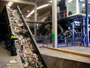 Aproveitamento de resíduos sólidos urbanos como fonte de energia alternativa é estratégico para a indústria de cimento reduzir emissão de CO₂. Crédito: Wikimedia Commons