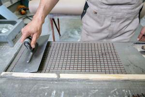 Execução de um painel de concreto de carbono: pré-fabricação artesanal e espessuras bem menores que o concreto armado Crédito: Jörg Singer/TU Dresden